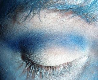 maquillaje-para-halloween-2014-novia-cadaver-paso-a-paso-parpado-azul