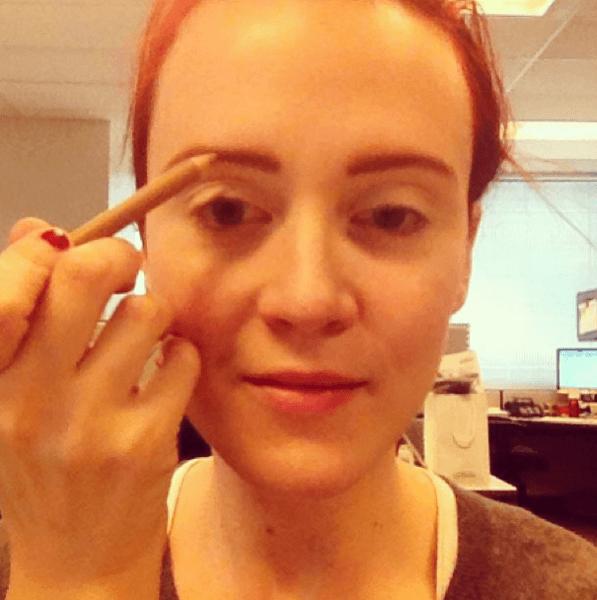 maquillaje-para-disfrazarse-de-muñeca-de-halloween-2014-paso-a-paso-cejas