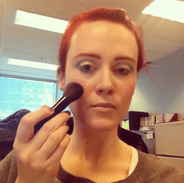 maquillaje-para-disfrazarse-de-muñeca-de-halloween-2014-paso-a-paso-polvos