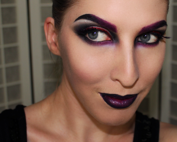 maquillaje-bruija-sexy-para-halloween-2015-maquillaje-ojos-morados