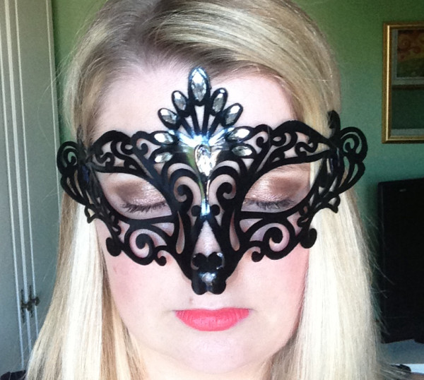 maquillaje-para-acompanar-mascara-veneciana-carnaval-2016-sombras-doradas