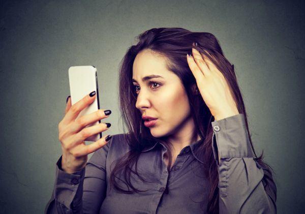 la-alopecia-en-mujeres-mujer-mirando-espejo
