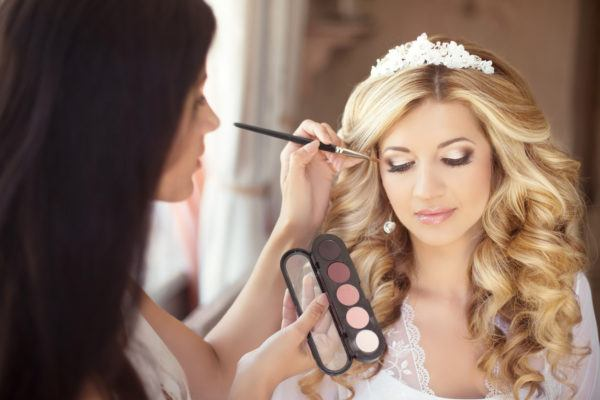 Peinados para novias pelo rizado largo tiara