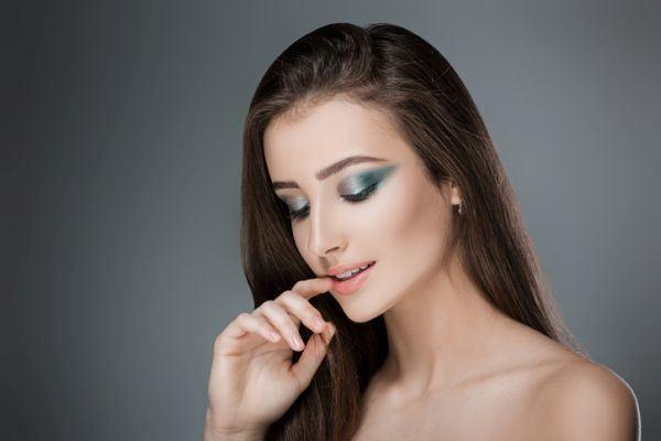 como-hacer-un-look-de-maquillaje-con-sombras-metalicas2