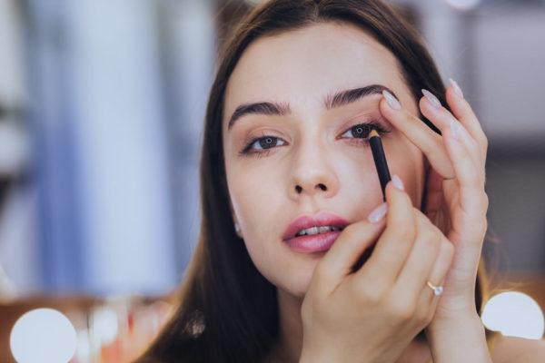 Trucos útiles al delinear los ojos