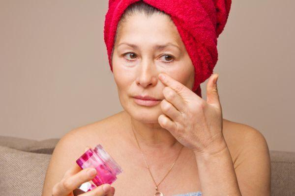 como-maquillarse-a-los-50-para-rejuvenecer-el-rostro-mujer-crema-istock