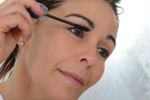 como-maquillarse-a-los-50-para-rejuvenecer-el-rostro-mujer-mascara-de-pestanas-istock
