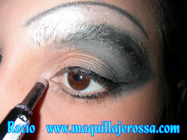 22 &quot;width =&quot; 596 &quot;height =&quot; 447 &quot;/&gt;  <p> Com <strong> chicotes extravagantes </strong> fantasia, o <strong> termina maquiagem dos olhos </strong>. </p> <p> <img itemprop=