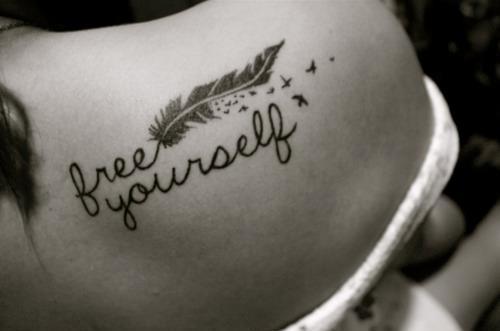 plumas + letras tatuaje 2013