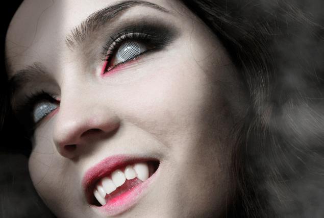 maquillaje-de-vampiresa-2014-maquillaje-base-blanca-lentillas
