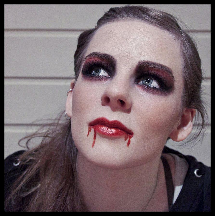 maquillaje-de-vampiresa-2014-ojos-destacadas-boca-sangre