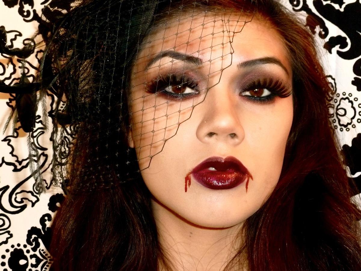 maquillaje-de-vampiresa-2014-ojos-sombra-oscura-labios-sangre