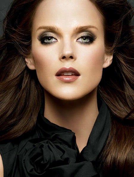 Maquillaje de noche con vestido negro