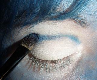 maquillaje-para-halloween-2014-novia-cadaver-paso-a-paso--linea-ojos-azul