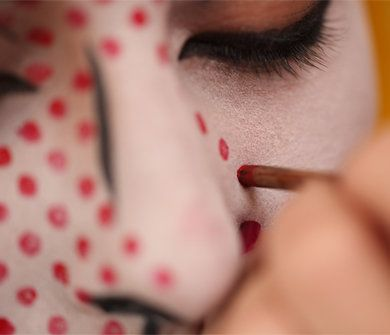 maquillarse-como-chica-de-cómic-en-halloween-2014-maquillar-topos-rojos