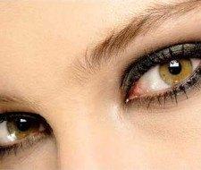 Limpiar los ojos al desmaquillarse