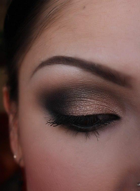 Maquillaje dorado y negro