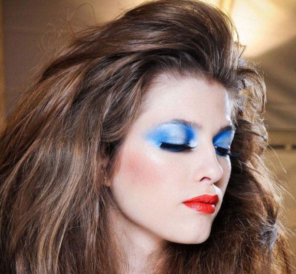 como-hacer-maquillaje-de-los-anos-80-para-carnaval-2015-sombras-de-ojos-azules
