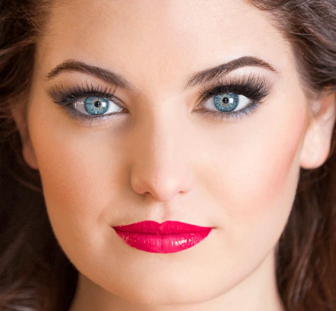 maquillaje-para-tu-graduacion-labios-rojos-pestañas-destacadas