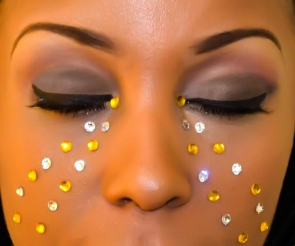 maquillaje-para-carnaval-fotos-2016-detalle-de-brillantes en el rostro