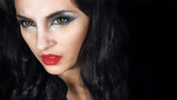 maquillaje-de-vampiresa-paso-a-paso-2016-sin-base-sombra-de-ojos-azules