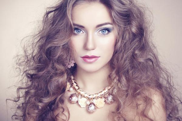 maquillaje-para-un-vestido-morado-luz