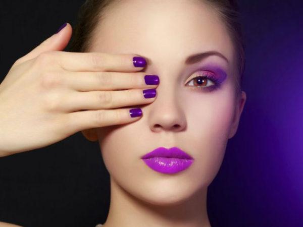 maquillaje-para-un-vestido-morado-tono-suave