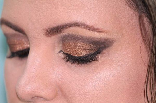 Maquillaje de ojos con vestido negro