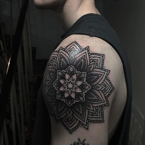 tatuajes-brazo-hombre-flor-mandala