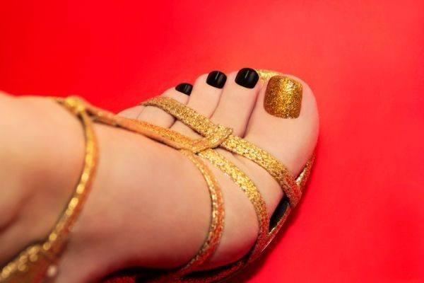 unas-pies-negras-y-dorado