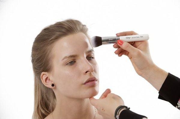 la-tecnica-de-maquillaje-strobing-iluminador-modelo3