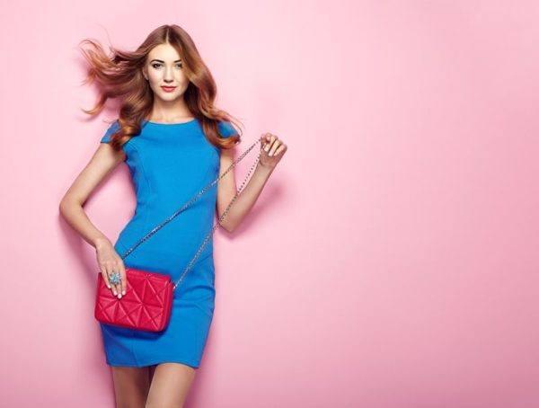 Maquillaje para vestido azul con rojo