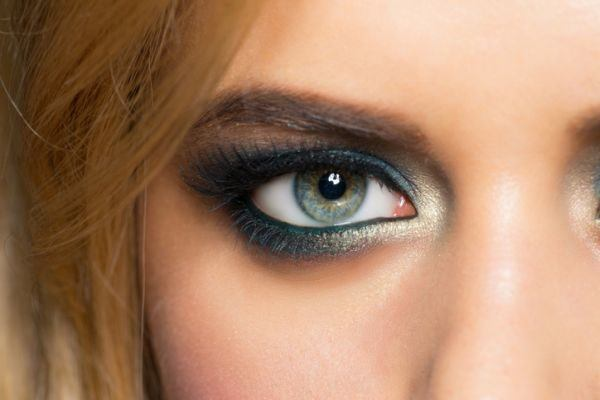 como-hacer-un-look-de-maquillaje-con-sombras-metalicas4