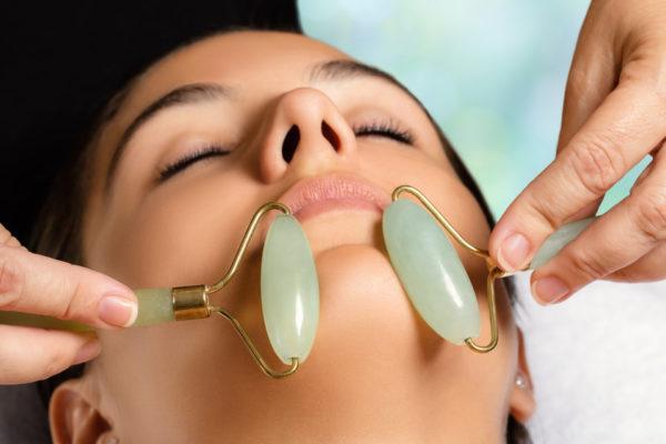 Cómo usar el rodillo de jade en el rostro