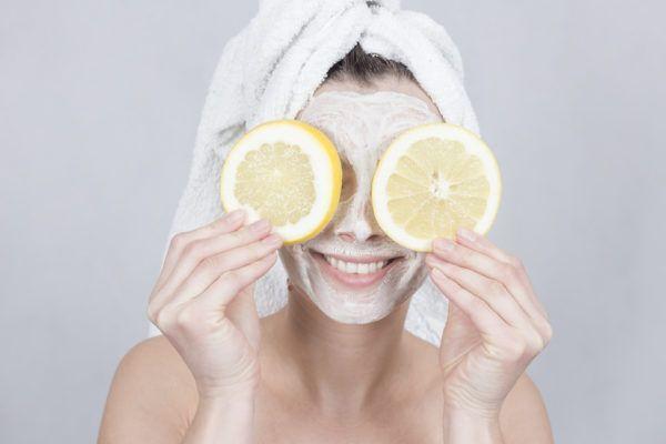 El limón puede manchar la piel al tomar el sol