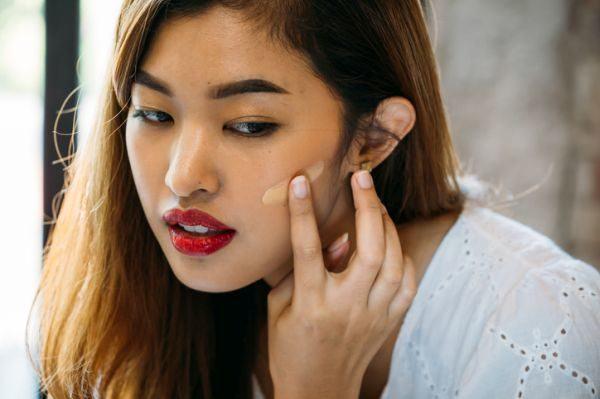 como-hacer-una-base-de-maquillaje-casera-istock3